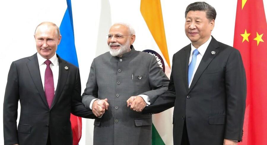Autokratier som kommunist-Kina, Putins Rusland, Erdogans Tyrkiet, Saudi-Arabien og Iran vejrer morgenluft, og den islamiske fundamentalisme trives også stadig. Her ses Vladimir Putin, Indiens Narendra Modi og Kinas Xi Jinping under G20-topmødet i juni.