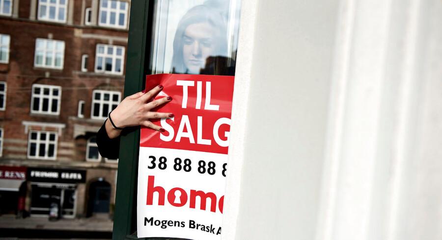 Hvis man har et til salg-skilt i vinduet på sin københavnerlejlighed, kan man glæde sig over, at tre måneders prisfald hen over sommeren er vendt til to måneder med prisstigninger. Arkivfoto: Mathias Bojesen/Ritzau Scanpix