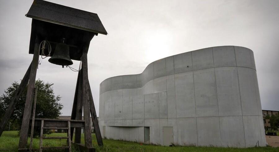 En bunker og en umotiveret klokkestabel – man har svært ved at gætte, hvad det er, der ligger der på marken i Trekroner.