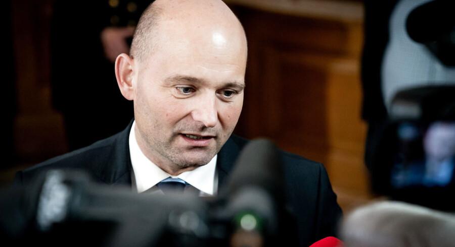Tidligere justitsminister Søren Pape Poulsen (K) fastholder, at afviste asylansøgere flere gange om ugen skal tjekke ind og oplyse, hvor de opholder sig, hvis de ikke er på centret.