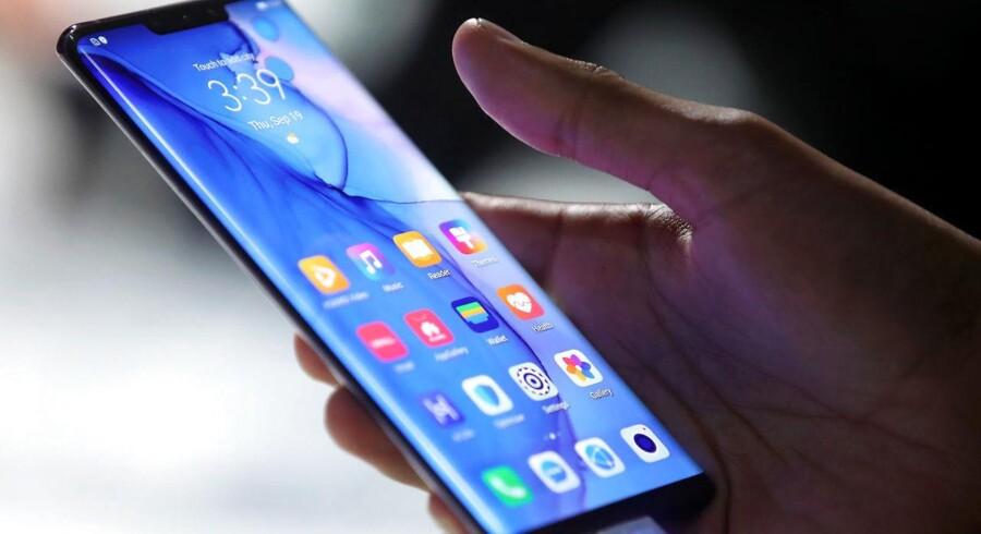 Huaweis nye toptelefon, Mate 30, er den første, som blev ramt af det amerikanske handelsforbud. Huawei må ikke længere bruge Googles mobilsoftware, Android. Arkivfoto: Michael Dalder, Reuters/Ritzau Scanpix