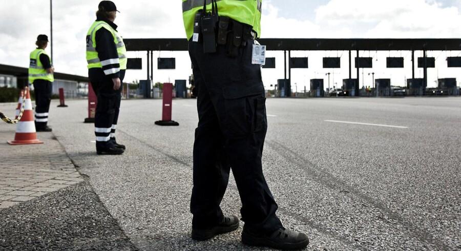 Trafikanterne skal i fremtiden være ekstra varsomme med at træde for hårdt på speederen, når de passerer Øresundsbroen og Storebæltsbroen, hvis det står til Folketinget, der vil have fartkontrol sat op på de to strækninger,