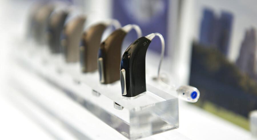 På fotoet ses høreapparater fra Oticon.