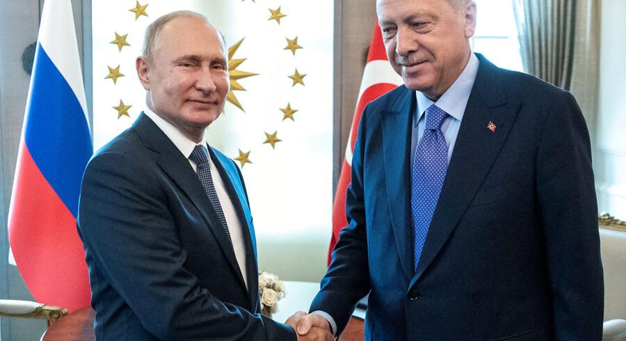 Arkivfoto: To står tilbage som vindere efter to dramatiske døgn. Her ses den russiske præsident, Vladimir Putin, og den tyrkiske leder, Recep Tayyip Erdogan, under et møde i sidste måned.