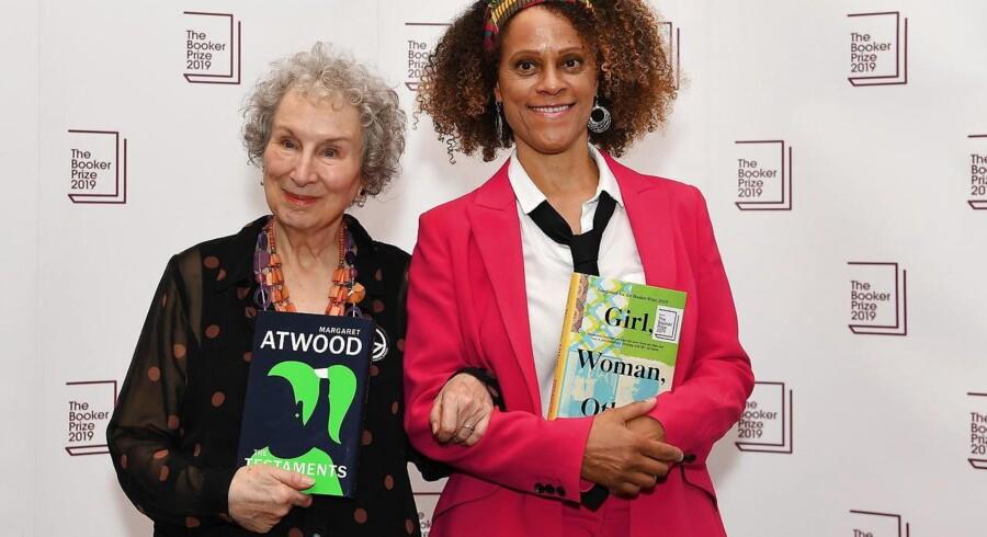 Margaret Atwood (til venstre) og Bernardine Evaristo er dette års modtagere af den prestigefyldte Booker Prize.