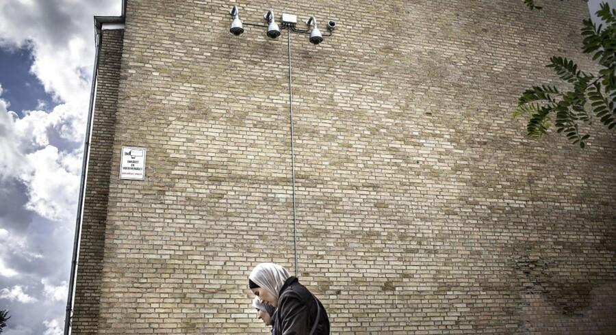 »Den type tiltag, som statsministeren foreslår, bygger på antagelser om, at flere kameraer og mere eksponering vil skabe øget indblik og dermed bedre kontrol. Men diskussioner om komplikationerne og de langsigtede konsekvenser ved digital masseovervågning udelades,« skriver Mikkel Flyverbom.