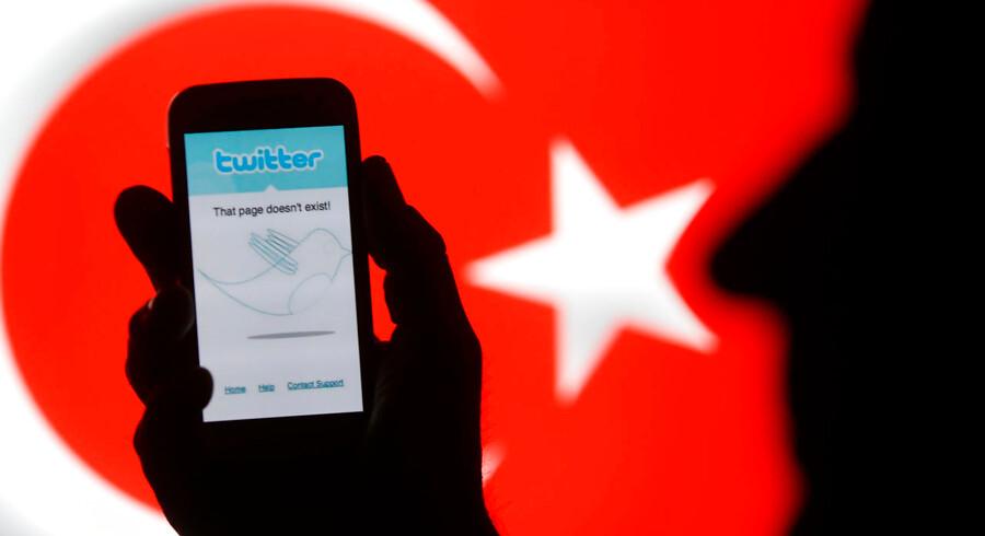 Selvom USA tidligere har kædet Kurdistans Arbejderparti (PKK) sammen med Folkets Forsvarsenheder (YPG), har amerikanerne samarbejdet med sidstnævnte i Syrien og har ikke officielt betegnet dem som en terrororganisation. Tyrkiet skelner dog ikke mellem de to, og en række Twitter-brugere har taget regeringens budskab til sig i en omfattende kampagne, der ifølge eksperter skal sprede disinformation.