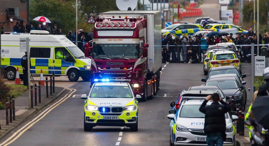 Politiet kørte onsdag lastvognstoget med de 39 lig bort fra Waterglade Industrial Park i Grays i Essex, nordøst for London. Ligene skal på et lukket politiområde bæres ud, identificeres og undersøges.