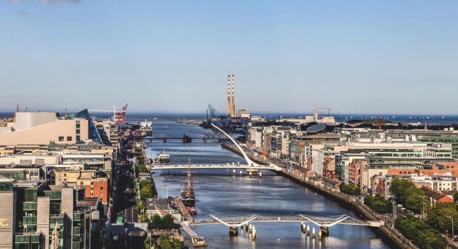 Den irske hovedstad Dublin ligger ved udmundingen af floden Liffey. Dublin – eller på irsk: Baile Átha Cliath – ærer sine forfattere. Blandt andet ved at opkalde broer over floden efter dem. Den høje bro i midten hedder således Samuel Beckett. Nu har byen netop åbnet et museum for litteratur, der fortæller om James Joyce, Beckett og mange andre meget kendte og mindre kendte irske forfattere.