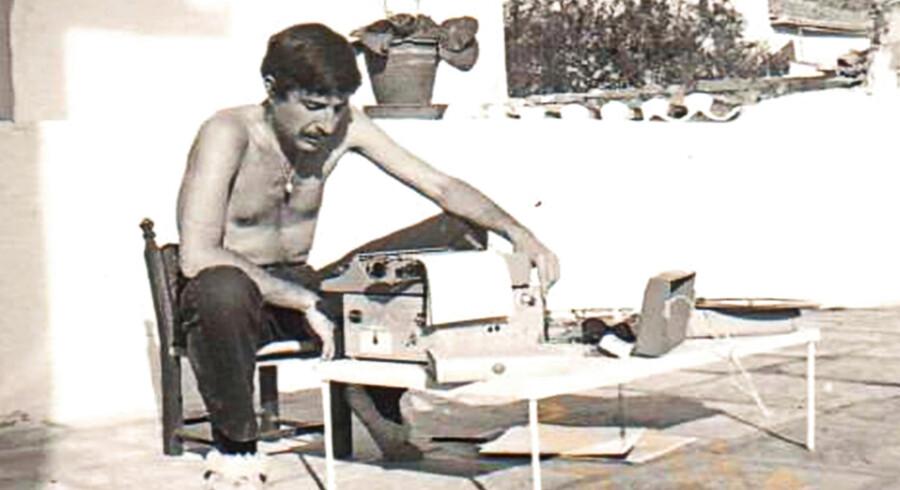 Den unge Leonard Cohen sidder i solen og knokler på bogen »Smukke tabere«. Imens forberede hans muse, Marianne Ihlen, hans frokost og bader hans fødder. Foto fra filmen: Camerafilm