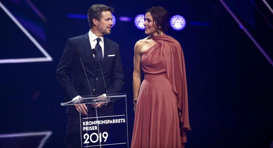 Ved den årlige prisuddeling, som Kronprins Frederik og Kronprinsesse Mary holder, uddelte parret en pris til sangeringen MØ, der har kaldt Pia Jærsgaard for et »nazisvin«. Det møder stor kritik af filosof Eva Selsing.
