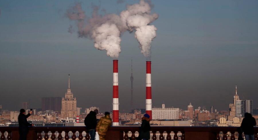 Mens udledningerne af CO2 slår alle verdensrekorder, sætter klodens nationer sig atter til forhandlingsbordet i forsøget på at redde verden fra farlige klimaforandringer. Udsigt over Moskva 22. november, da kviksølvet faldt til minus ti grader.