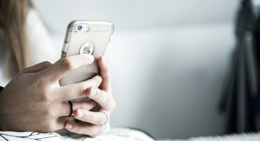 »Det digitale er blevet det naturlige (...) For nylig offentliggjorde en række forskere en undersøgelse, som viser, at når vi så åbenlyst går med hovedet nærmest begravet i skærmen, smiler vi mindre til hinanden,« skriver Peter Holdt Christensen.