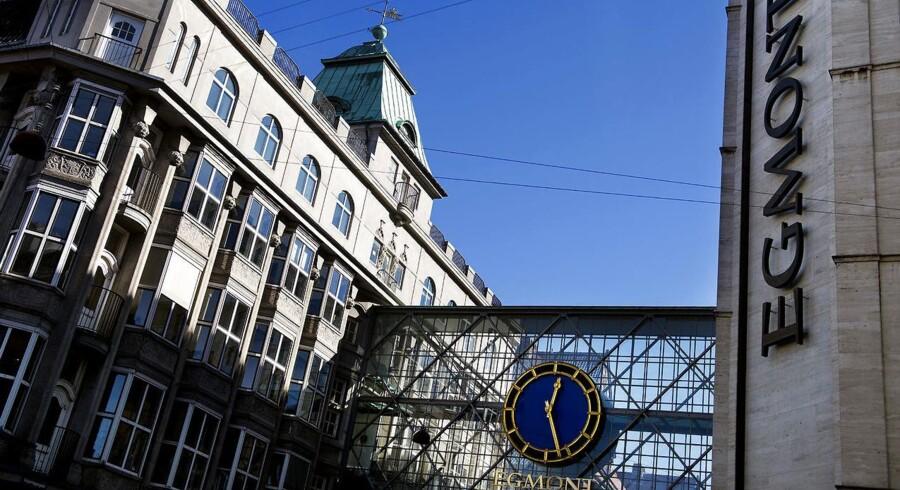 Arkivfoto. Egmonts bygning er forbundet med Filmhuset med den ikoniske glasbro over Vognmagergade. Egmont betaler for oprettelsen af en biograf med plads til 130 tilskuere på taget af det nuværende Filmhuset, og biografen indrettes med en café, rød løber og legeplads til børn.