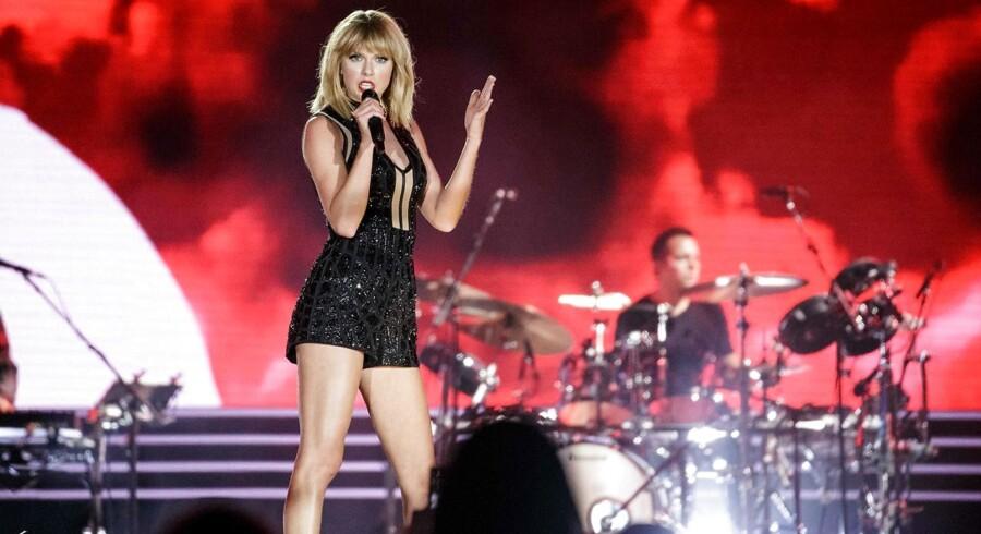 Taylor Swift har været uvenner med sin tidligere manager Scooter Braun, siden det kom frem, at han har købt rettigheden til hendes bagkatalog. I en tale til Billboard Woman of The Year Awards langede hun kraftigt ud efter ham.