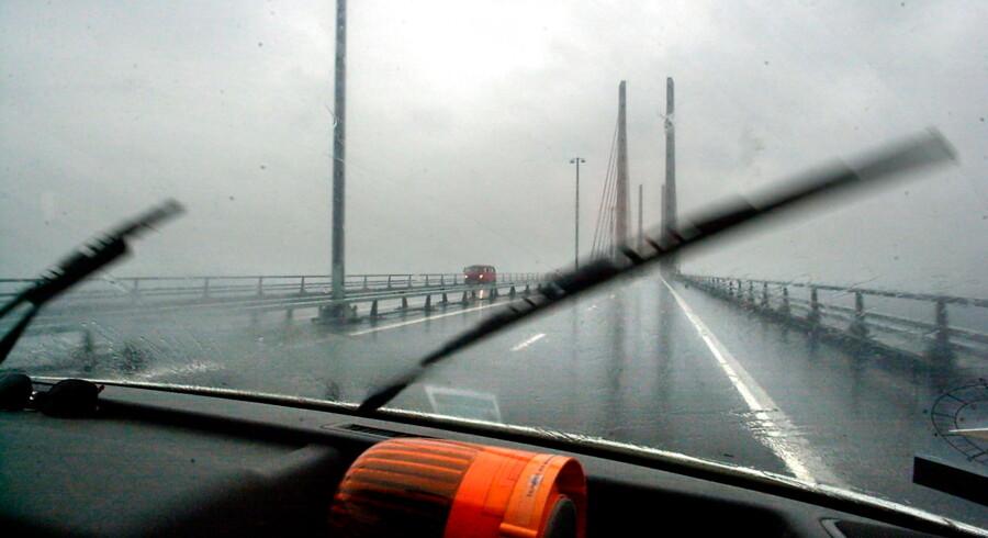 (ARKIV) Udsigt fra den svenske trafikinspektør Mikael Nathells bil på vej over Øresundsbroen. Øresundsbroen er på grund af kraftig vind lukket i begge retninger. Det oplyser Øresundsbron på Twitter. Det skriver Ritzau, søndag den 15. december 2019.. (Foto: BO AMSTRUP/Ritzau Scanpix)
