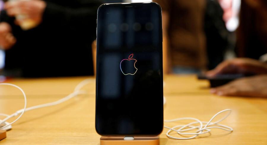EU vil presse IT-giganterne, så én oplader passer til alle mobiltelefoner. Det er Apple imod.