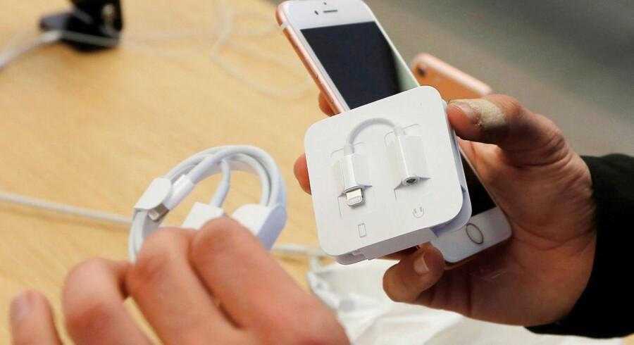 Nyere Apple-udstyr bruger Apples eget Lightning-stik, så man ikke kan bruge enhver oplader, men er nødt til at have Apples egen. Apple leverer en omformer til de USB-C-stik, som resten af smartphonemarkedet bruger i de nye telefoner, eller – som her – til de hovedtelefoner, som bruger ledning, efter at Apple fjernede jackstikket i sine iPhones.