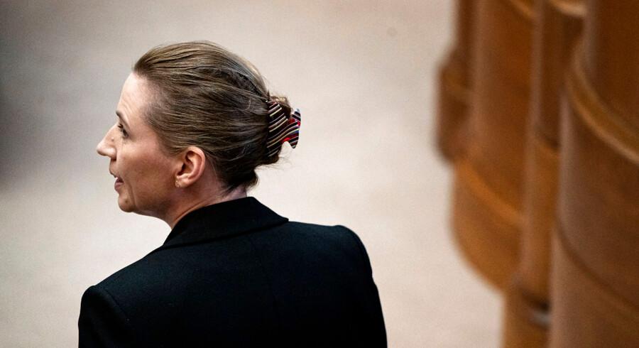 »Der går i nyere historie en rød tråd gennem det stof, som den socialdemokratiske regeringspaulun er lavet af – holdt sammen af løfter, der ikke kunne indfries,« skriver Søren Pind. På billedet statsminister Mette Frederiksen under møde i folketingssalen.