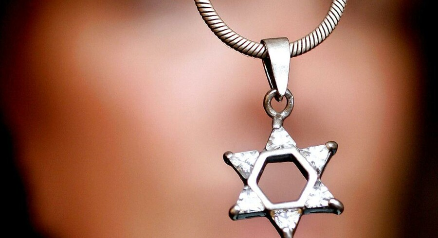 »Definitionen er for løs, fordi den ikke præciserer, hvilken type opfattelse af jøder, der skal være tale om. Ikke alle opfattelser af jøder er antisemitiske. Eksempelvis er den opfattelse, at jøder er ligesom andre mennesker, en opfattelse af jøder, men næppe antisemitisk,« skriver Frej Klem Thomsen.