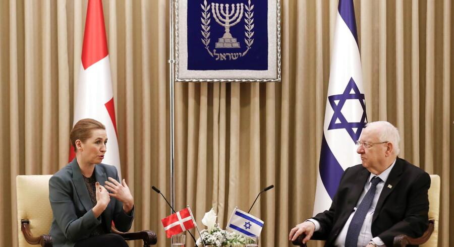 »Jeg deler personligt statsministerens opfattelse af, at antisemitismen i de senere år har fået et dybere greb i dele af venstrefløjen. I mine øjne vil det dog være helt forkert at anklage den parlamentariske venstrefløj for at udgøre et arnested for antisemitismen,« skriver Malte frøslee Ibsen. Her mødes statsministeren med Israels præsident, Reuven Rivlin, i forbindelse med 75-året for befrielsen af Auschwitz.