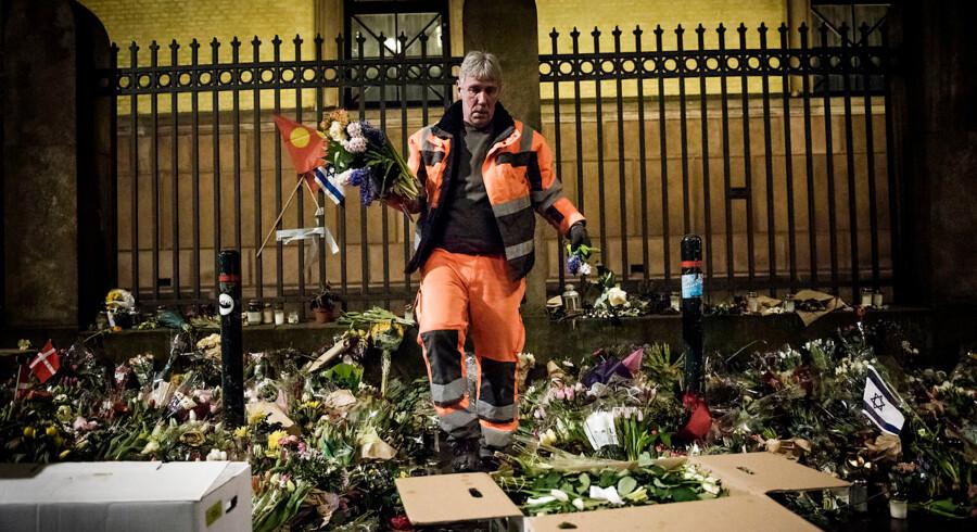 Ved synagogen under terrorangrebene i København blev den 37-årige vagt Dan Uzan dræbt og to betjente blev ramt af skud tidligt om morgenen 15. februar, 2015. På billedet fjerner medarbejdere fra Københavns Kommune de tusindvis af blomster og beskeder, der blev lagt ved synagogen i Krystalgade i København 5. marts 2015.