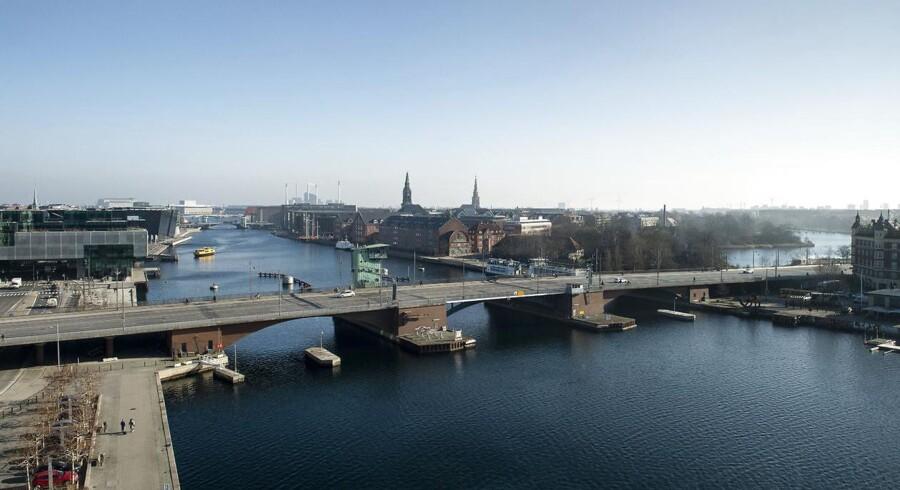 »Asfaltbelægningen på broen er slidt og meget sporkørt,« skriver Københavns Kommune om Langebro, der her er fotograferet fra Nykredit-bygningen på Kalvebod Brygge: »Flere steder er det underlæggende drænlag knust. Dette kan påvirke den underliggende konstruktion af broen, hvor broens membran og betondæk kan blive ødelagt.«