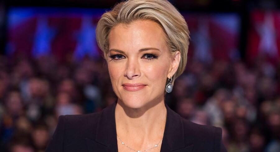 Virkelighedens Megyn Kelly, da hun var vært på Fox News. Hun sagde op i 2017 efter fyringen af Fox News-chefen Roger Ailes og den kendte studievært Bill O'Reilly, fordi hun trængte til luftforandring. I stedet blev hun ansat som vært på »The Today Show« på NBC, som fyrede hende i 2018.