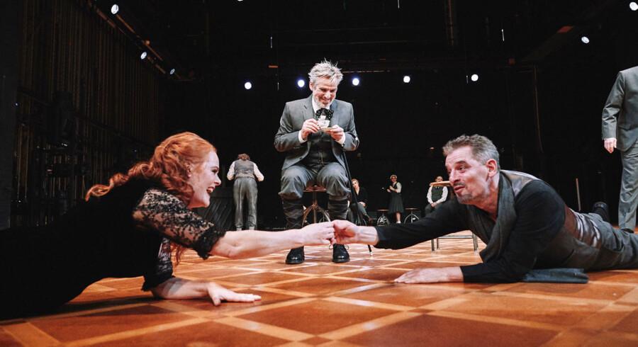 Små skæbner rundt på gulvet: Christiane Gjellerup Koch, Ole Lemmeke og Mikael Birkkjær står i spidsen for et stort og imponerende ensemble på Nørrebro Teater.