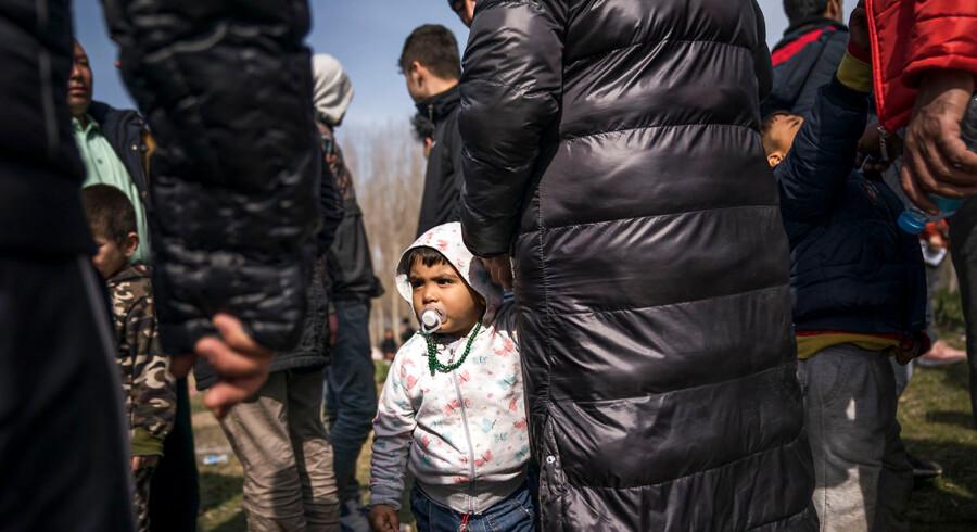 En gruppe flygtninge har slået lejr i landsbyen Doyran, som ligger lige ved floden, der her danner grænse mellem Tyrkiet og Grækenland. Her har børnefamilier i dagevis sovet i det fri.