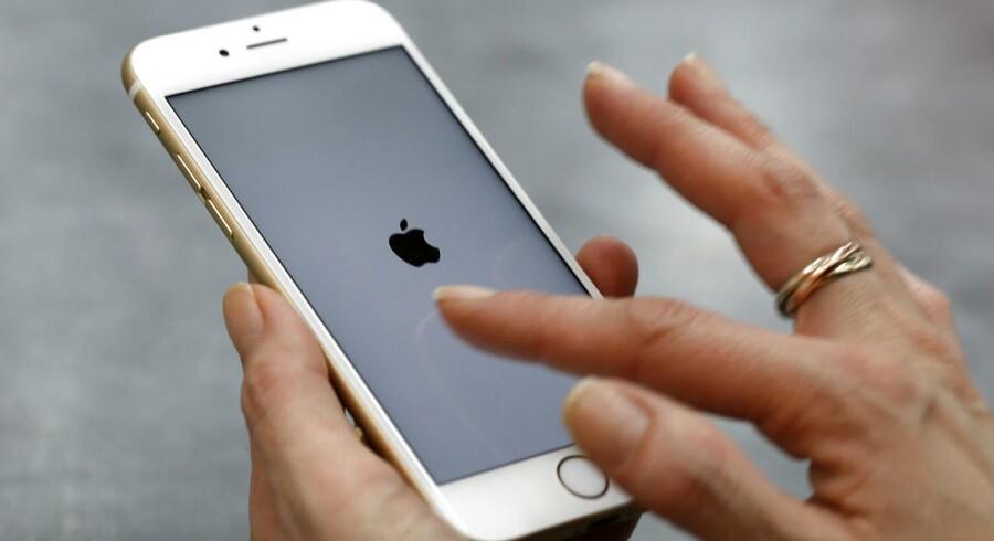 Ældre iPhones blev bevidst gjort langsommere med en opdatering af Apples iOS-software. Det betaler Apple nu erstatning for.
