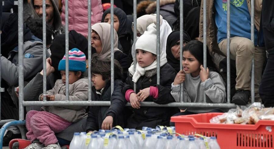 »Den sande og triste virkelighed er, at EUs ydre grænser aldrig kommer til at fungere med de holdninger, som dominerer i Europa-Parlamentet,« skriver Peter Kofod. På billedet er det børn, som er ankommet til den græske ø Lesbos fra Tyrkiet dagene før 4. marts 2020. (Photo by LOUISA GOULIAMAKI / AFP)