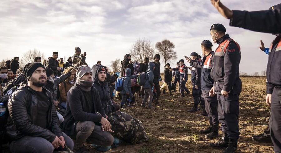 »Vi er nødt til at stå fast på, at der ikke er fri adgang for flygtninge og migranter til Europa,« skriver Rasmus Stoklund. Billede af flygtninge og migranter ved grænsen mellem Tyrkiet og Grækenland.