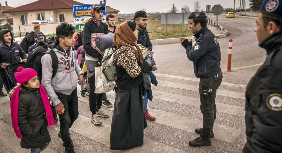 »Det er skræmmende at se flygtninge og migranter blive mødt med tåregas og overdreven brug af magt på grænsen mellem Tyrkiet og EU for at forhindre dem i at komme ind på græsk territorium. Og det er foruroligende, at de græske myndigheder midlertidigt har suspenderet retten til at søge asyl,« skriver Charlotte Slente.