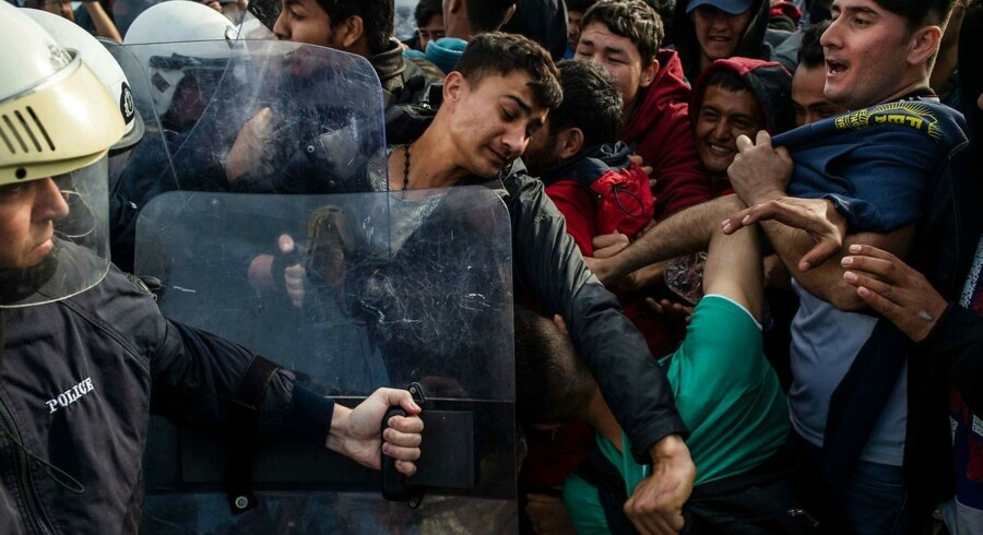 »(...) Vi skal ikke hente store antal af unge, uledsagede asylansøgere fra øen Lesbos i Grækenland til Danmark. Ved første øjekast kan det måske synes som en venlig, humanitær gestus. Men det vil ikke gavne Danmark,« skriver Marcus Knuth. (Photo by ANGELOS TZORTZINIS / AFP)