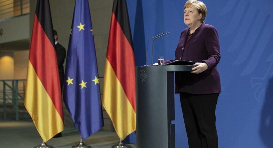 »Merkels modsatrettede standpunkter rummer på sin vis sandheden om EUs flygtningepolitik. (...) Verdens flygtninge har med andre ord de jure, men ikke de facto krav på ophold i EU,« skriver Christian Foldager.
