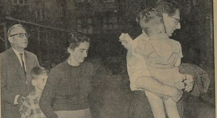 Familien Rocek og Reiser reddede livet efter en dramatisk afhopning i Gedser Havn i 1960. Her har Berlingske Tidendes fotograf Aage Sørensen taget et foto af familien Rocek, da de ankom til politigården i København. Afhopningen var en stor mediesag og nåede endda spalterne i The New York Times.