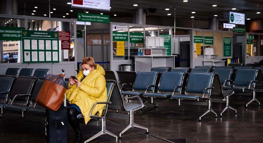 De danske teleselskaber ophæver betalingen for, at danskere i udlandet kan ringe hjem, så de altid kan få kontakt med familie og sundhedsmyndigheder.