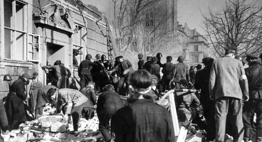 86 børn og 13 voksne omkom under bombardementet af Den Franske Skole. Her ses redningsmandskabet kort efter tragedien.