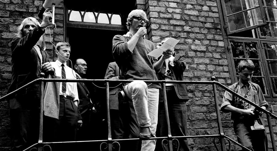 »Ulstrup Larsen ser ungdomsoprøret som den sidste fatale geninvestering af 1600-tallets individualiserende liberalisme og 1700-tallets progressive, humanistiske idealisme,« skriver Bent Meier Sørensen i sin anmeldelse. På billedet fra studenteroprøret i 1968 taler stud.psych. Ole Skovse til sine medstuderende på Københavns Universitet.