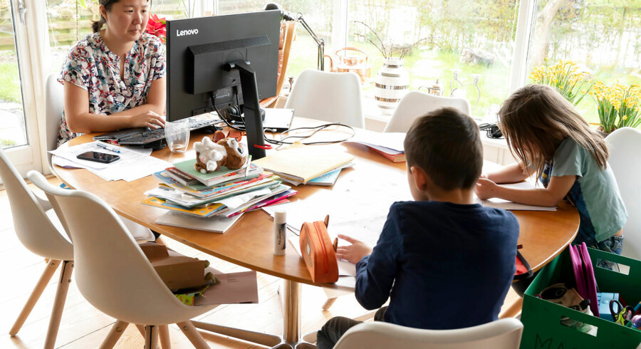 »Forældrene skal lige nu være forældre i en tid, hvor børnene må opleve, at næsten alt det, de troede, de kunne regne med, ikke længere gælder,« skriver Stefan Hopmann og David Hopmann.