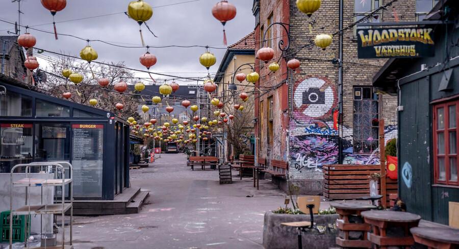 Christiania, inklusiv Pusher Street, er lukket som følge af coronavirus. Til gengæld summer gaderne rundt om Christiania med pushere og politi.