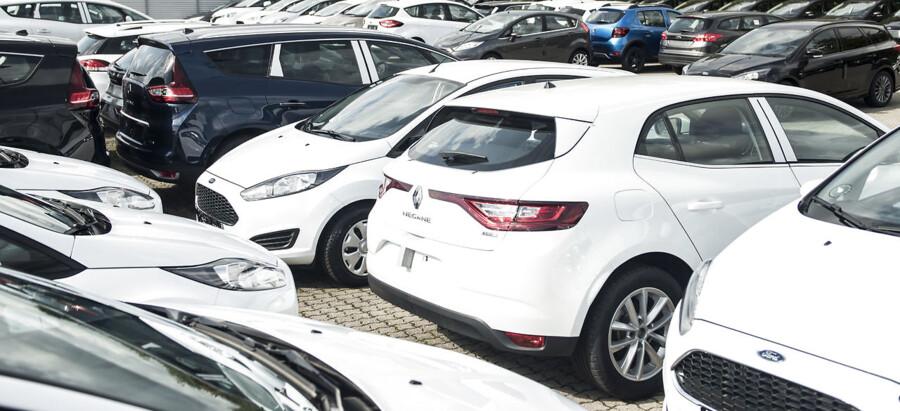 Salget af biler falder drastisk, viser nye tal. På grund af coronakrisen holder mange på pengene og fravælger at købe nye biler.
