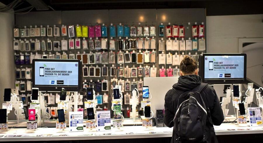 Den løbende udskiftning af dyre smartphones og tilsvarende fladskærmsfjernsyn er udskudt hos mange, fordi coronakrisen gør hjemmeøkonomien usikker.