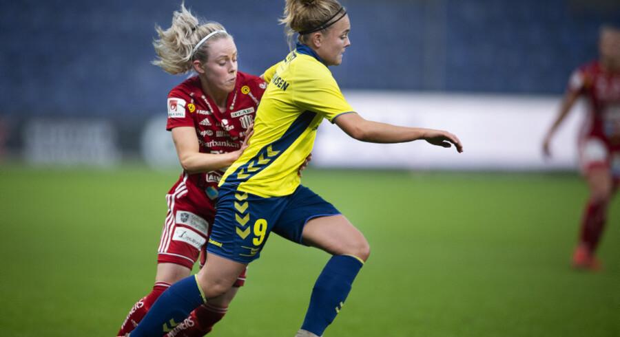 Brøndbys Nanna Christiansen og kollegerne i Kvindeligaen kan atter få græs under fødderne. (Arkivfoto)