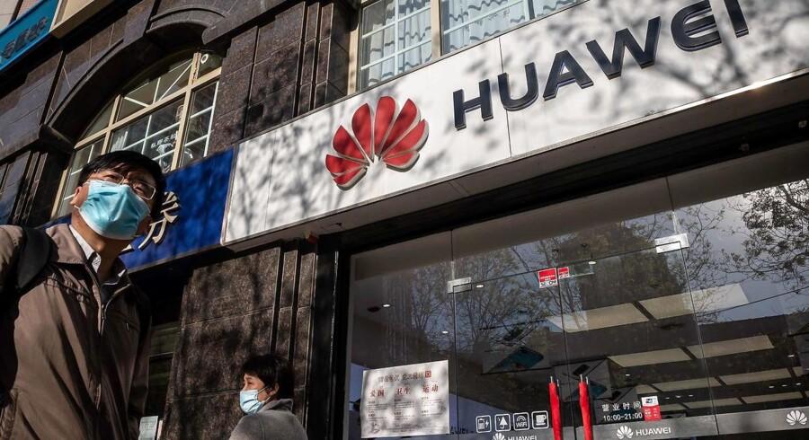 Mange steder er der frygt for, at den kinesiske mobilgigant Huaweis udstyr vil kunne misbruges af Kina til spionage og fjernaflytning.