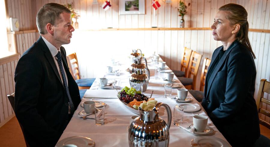 Kinas ambassadør forsøgte sidste år at presse Færøerne til at skrive kontrakt med techgiganten Huawei, afslørede en færøsk topembedsmand på en lydoptagelse. Nu viser det sig, at også statsminister Mette Frederiksen (th.) har modtaget en stribe breve fra den kinesiske gigant. Overfor Mette Frederiksen den færøske lagmand, Bárður Nielsen.