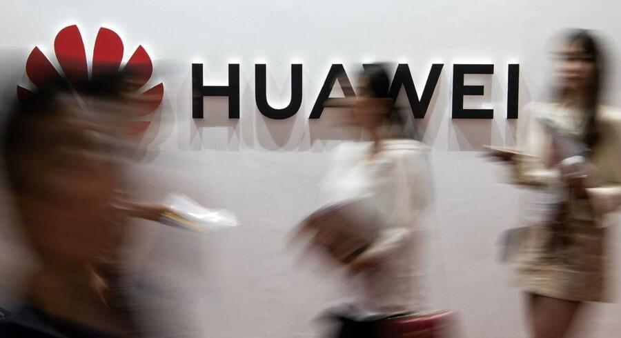 Det amerikanske forbud mod at handle med bl.a. Huawei, som er verdens største leverandør af udstyr til mobilnet og verdens næststørste smartphoneproducent efter Samsung, er blevet forlænget med et år.