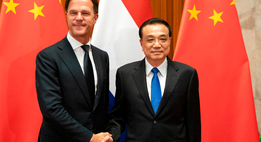 Den hollandske premierminister, Mark Rutte, har ligesom flere europæiske regeringsledere modtaget en række breve fra den kinesiske techgigant, Huawei. Her ses han under et besøg i hos den kinesiske premierminister Li Keqiang i Beijing.