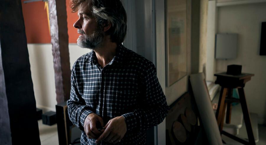 »bag om min far« er en usædvanlig (selv)biografisk bog. Kunstneren Kaspar Kaum Bonnén skriver ikke som de fleste andre i denne litterære tradition om en afdød forælder.